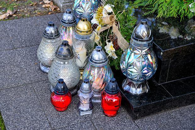 Zdjęcie numer 24 w galerii - 1 listopada w Bielsku-Białej. Kwiaty, wieńce i znicze na grobach [ZDJĘCIA]