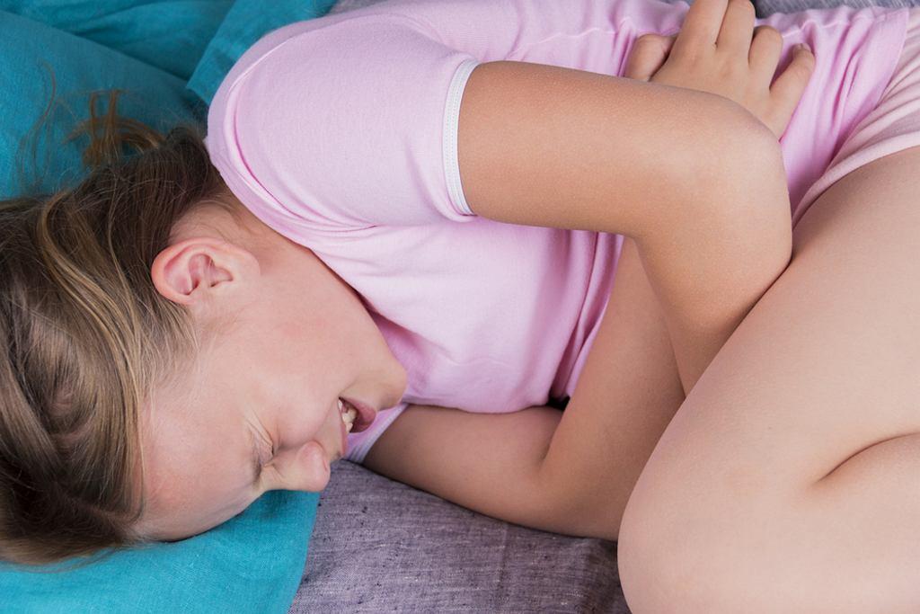 Ból brzucha u dziecka ma różne przyczyny, może być wywołany zarówno przejedzeniem, jak i być objawem choroby