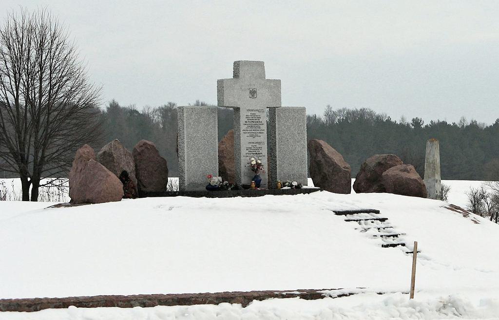 Pomnik poświęcony pamięci ponad 1000 Polaków zamordowanych przez 5 pułk policyjny SS i ukraińskie oddziały SS Galizien w Hucie Pieniackiej 28 lutego 1944 roku.