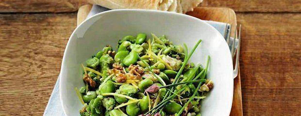 Zielona sałatka z wędzonym pstrągiem