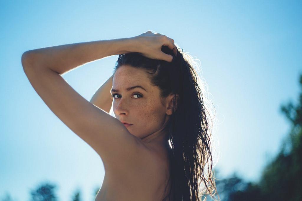 Mokra włoszka - fryzura, którą uwielbiają kobiety. Jak ją wykonać?