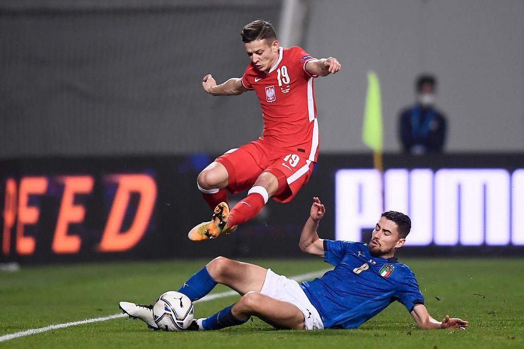 Sebastian Szymański i Jorginho. Mecz Włochy - Polska. Mapei Stadium, Reggio Emilia, Włochy, 15 listopada 2020