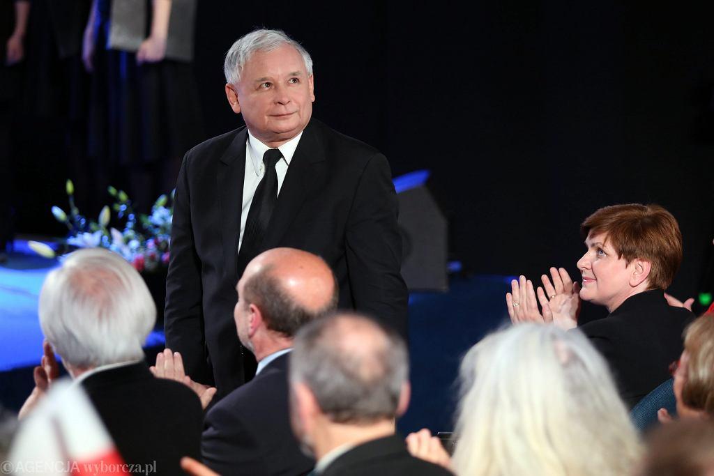 Prezes Jarosław Kaczyński i klaskajaca mu premier rządu PiS Beata Szydło podczas Konwencji Prawa i Sprawiedliwosci przed wyborami do Parlamentu Europejskiego. Kraków, 18 maja 2014
