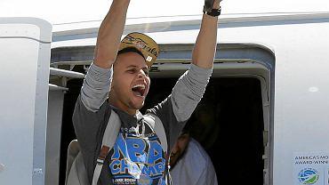 Stephen Curry na lotnisku z pucharem Larry'ego O'Briena za mistrzostwo NBA. W finale jego Golden State Warriors pokonali Cleveland Cavaliers 4-2. W piątek świętowali tytuł na ulicach Oakland z tysiącami kibiców.