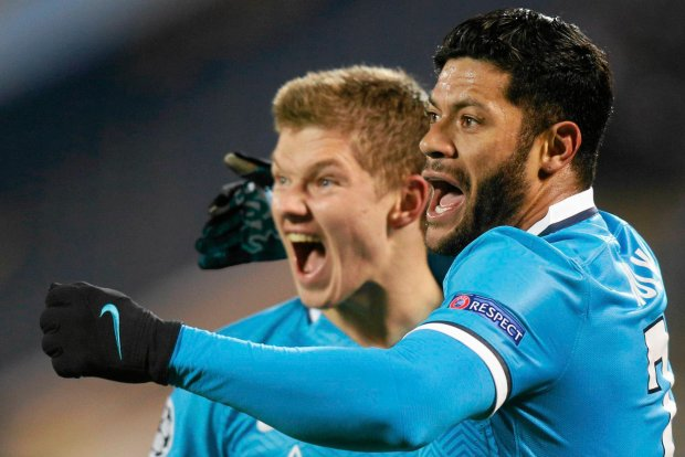 Zenit's Oleg Shatov, right, celebrates his goal against Valencia with teammate Hulk during their Champions League group H soccer match between Zenit and Valencia in St.Petersburg, Russia, Tuesday, Nov. 24, 2015. (AP Photo/Dmitry Lovetsky) SLOWA KLUCZOWE: XCHAMPIONSLEAGUEX