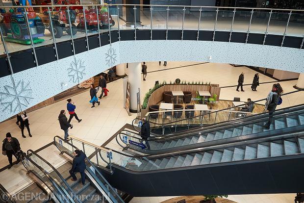 Galeria Metropolia podczas pierwszej 'niedzieli bez handlu'. Właściciele galerii ze względu na przylegający do obiektu peron SKM i niedawno otwarte kasy kolejowe uznają galerie za obiekt dworcowy, który może mieć otwarte sklepy.