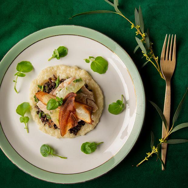 Smażony mintaj z truflowym puree selerowym, czarną soczewicą, chipsami z pasternaku, salsą z kiszonej cytryny i rukwią wodną Sebastiana Wilczka