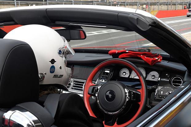 'Współcześni właściciele Rollsów stanowczo za mało nimi jeżdżą. Może niekoniecznie powinni probować swoich sił na torze wyścigowym, ale na pewno ich samochody zasługują na coś więcej, niż powolne czołganie się w miejskich korkach.' - Piotr R. frankowski