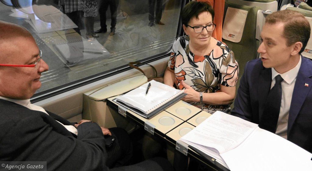 Czerwiec 2015 r. Ówczesna premier Ewa Kopacz jedzie na Śląsk pociągiem Pendolino. W podróży towarzyszyli jej m.in. rzecznik rządu Cezary Tomczyk (na zdjęciu z prawej) oraz minister Michał Kamiński