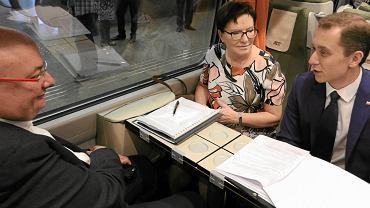 Premier Ewa Kopacz jedzie na Śląsk pociągiem Pendolino. W podróży towarzyszyli jej m.in. rzecznik rządu Cezary Tomczyk (na zdjęciu z prawej) oraz minister Michał Kamiński