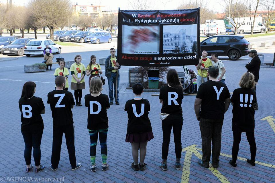 Protest przeciwników aborcji pod szpitalem im. L. Rydygiera i kontrmanifestacja Partii Razem