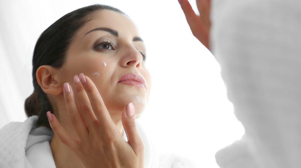 Ten kwas niacynamidowy to tańszy zamiennik kosmetyku z The Ordinary. Wygładza skórę i usuwa przebarwienia