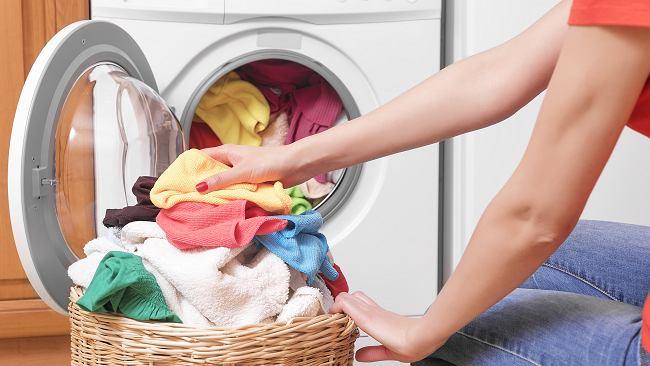 Dodaj do prania kilka chusteczek nawilżanych. Ta metoda spodoba się właścicielom zwierząt
