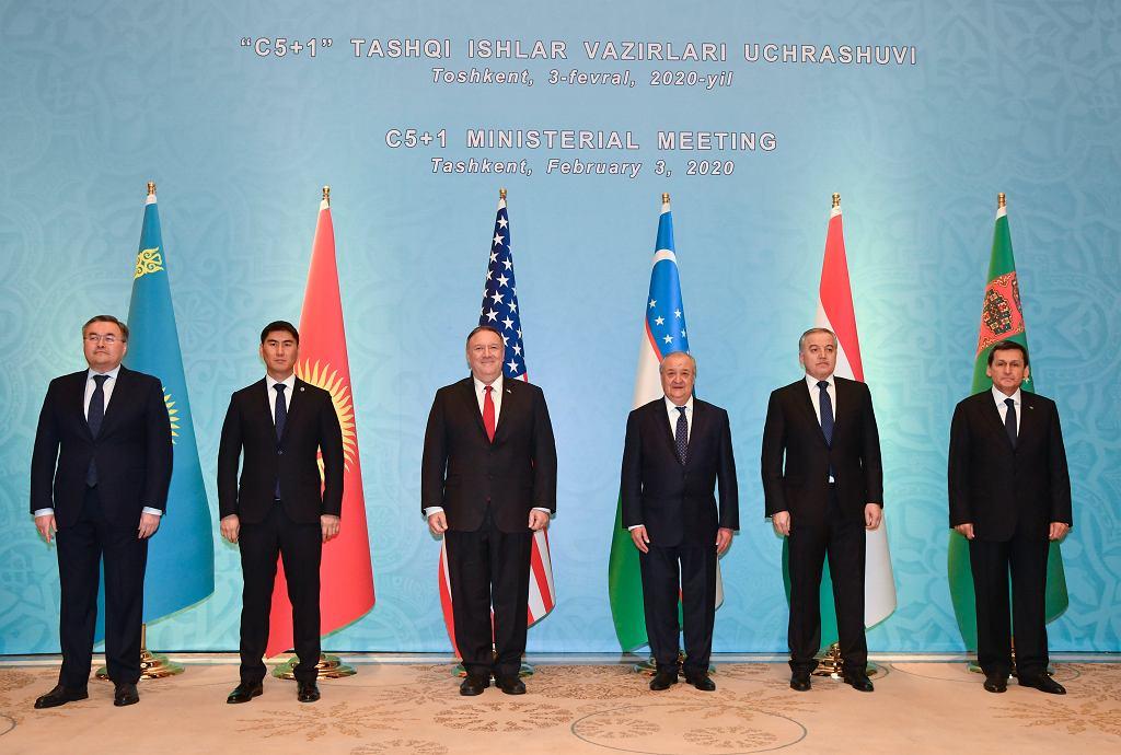 Ministrowie spraw zagranicznych Kazachstanu, Kirgistanu, Uzbekistanu, Tadżykistanu i Turkmenistanu oraz sekretarz stanu USA Mike Pompeo na spotkaniu w Taszkiencie.