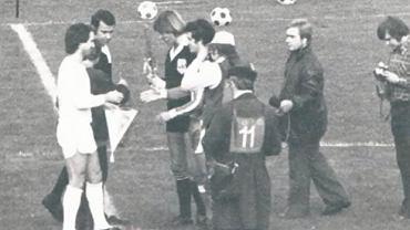 Mecz GKS Tychy - 1.FC Koeln w 1976 roku. Przywitanie kapitanów Mariana Piechaczka i Wolfganga Overatha (z prawej)