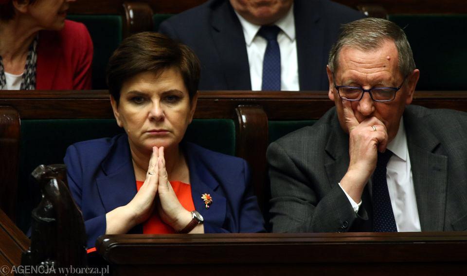 Premier Beata Szydło i minister środowiska Jan Szyszko podczas debaty nad wnioskiem o wotum nieufności dla ministra Szyszko, 23 marca 2017 r.