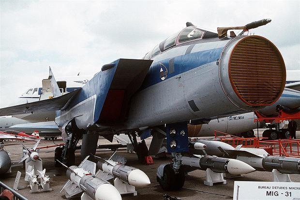 Myśliwiec MiG-31 ze zdjętą osłoną radaru. Widać stację Zasłon w całej okazałości