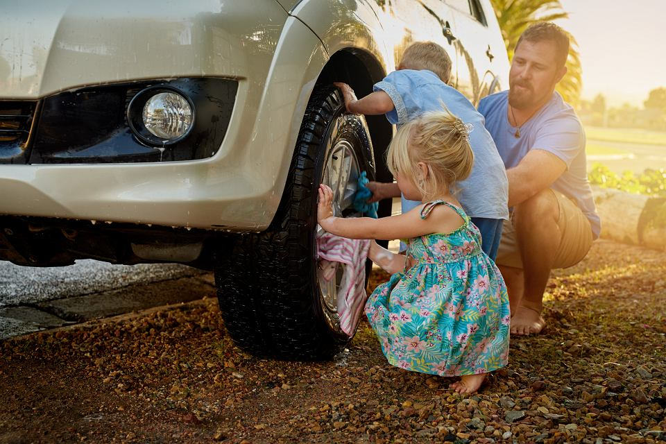 Z koniecznością wymiany dziurawej opony, w ciągu ostatnich czterech lat spotkało się 60 proc. kierowców (fot. Peopleimages / iStockphoto.com)