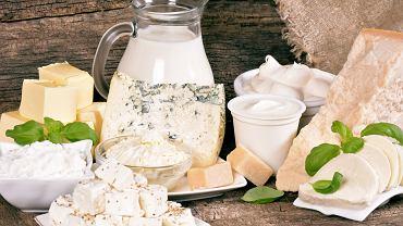 Wapń - najbogatszym źródłem są sery żółte dojrzewające (np. parmezan), poza tym w czołówce znajdują się mleko, twaróg, migdały
