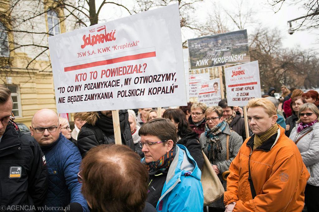 Złożenie petycji do premier Beaty Szydło przez żony górnikow kopalni Krupiński, 07.03.2017 Warszawa.
