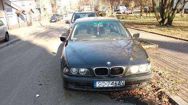 Auto zaparkowane przy ul. Warneńczyka w Sosnowcu. Zdaniem mieszkańców stoi tak już od ponad dwóch lat
