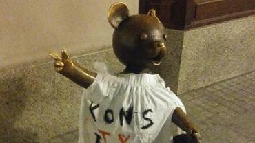 Łódź. Policja interweniowała ws. wieszania koszulek z napisem 'konstytucja'