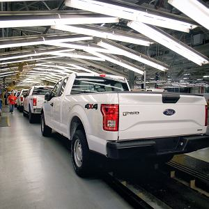 Ford F-150 zjeżdża z linii produkcyjnej w fabryce