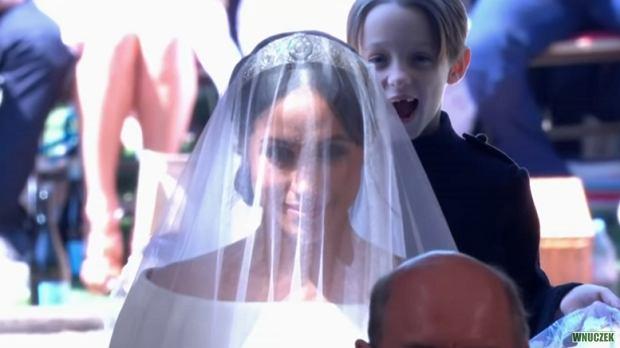 Uśmiechnięty chlopiec na ślubie Meghan i Harry'ego