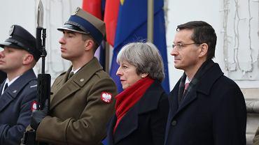 Premier Wlk. Brytanii Theresa May i premier rządu PiS Mateusz Morawiecki podczas ceremonii powitania. Brytyjska premier przyjechała do Warszawy na polsko-brytyjskie konsultacje międzyrządowe. Warszawa, 21 grudnia 2017 r.