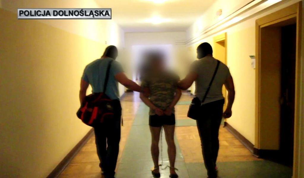Zabójstwo 10-letniej Kristiny. Jakub A. prowadzony przez policjantów