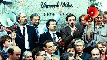 Warszawa, 4 czerwca 1993 r., Jarosław Kaczyński (w środku) i Antoni Macierewicz podczas manifestacji w rocznicę obalenia rządu Jana Olszewskiego