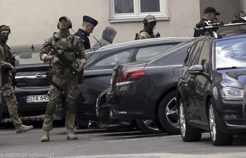 Marek Falenta (szary kaptur) wchodzi w asyście policji do gmachu Prokuratury Okręgowej w Warszawie.