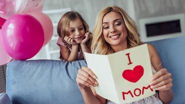 Wiersze dla mamy mają przede wszystkim wywołać uśmiech na jej twarzy. W Dzień Mamy każde dziecko pamięta o tym, by złożyć swojej ukochanej mamie życzenia.