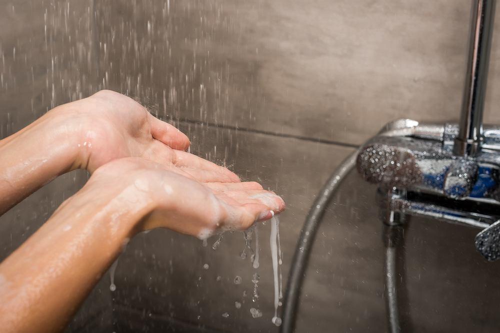 Lekarz z Anglii zaleca, aby po powrocie z urlopu nie brać od razu prysznica. Należy go wcześniej przepłukać przez ok. 20 min