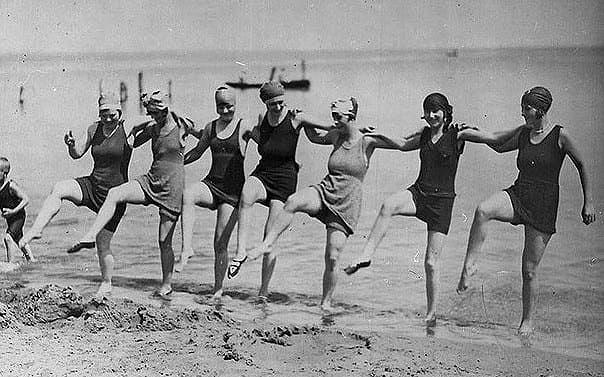 Popularne były proste sukienki na plażach