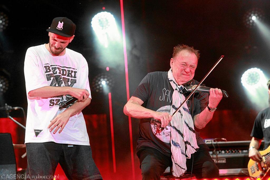 O.S.T.R. i Michal Urbaniak podczas koncertu Męskie Granie w 2013 roku (fot. Mieczysław Michalak / Agencja Gazeta)