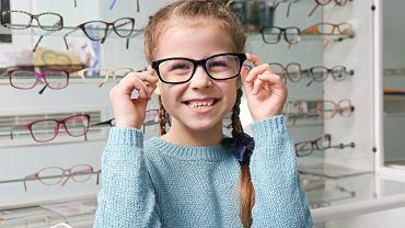Okulary dla dzieci - zarówno korekcyjne, jak i przeciwsłoneczne - pełnią bardzo ważną rolę. To dlatego powinny być odpowiednio dobrane. Dzięki temu nie tylko zadbają o zdrowie oczu, ale nie będą ograniczać dziecka podczas zabawy, nauki czy uprawiania sportu.