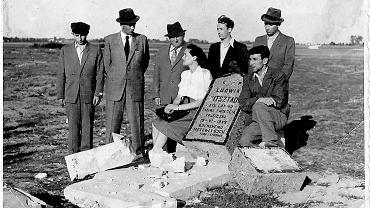 Żydzi nad grobem znanego w Radomiu jubilera, który wrócił po wyzwoleniu do miasta. 'Nieznany sprawca' wszedł do jego mieszkania i strzelił mu w tył głowy. Nagrobek wkrótce po pogrzebie zniszczono