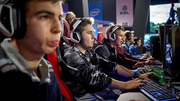 Jak zarobić na graniu w gry komputerowe? E-sport i e-okolice