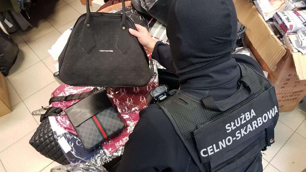 Ponad 860 sztuk odzieży, torebek, portfeli, bielizny i obuwia różnych znanych zagranicznych marek z nielegalnie naniesionymi zastrzeżonymi znakami towarowymi, ujawnili celnicy na jednym z białostockich targowisk