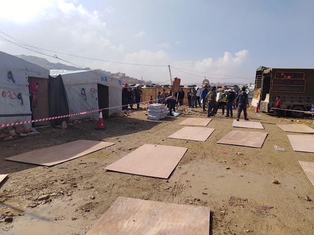 Obozy, w którym pracownicy PCPM rozdawali materiału do naprawy namiotów dla uchodźców
