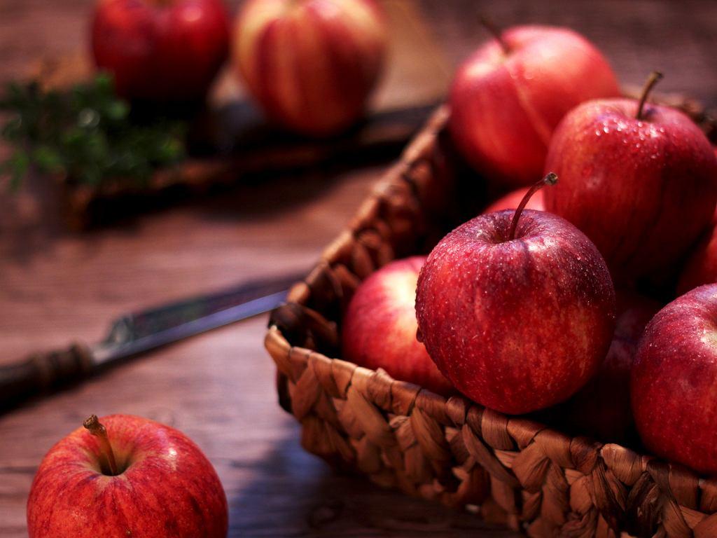 Ile kalorii ma jabłko? Bardzo mało - jedno jabłko (200 g) to ok. 100 kcal.