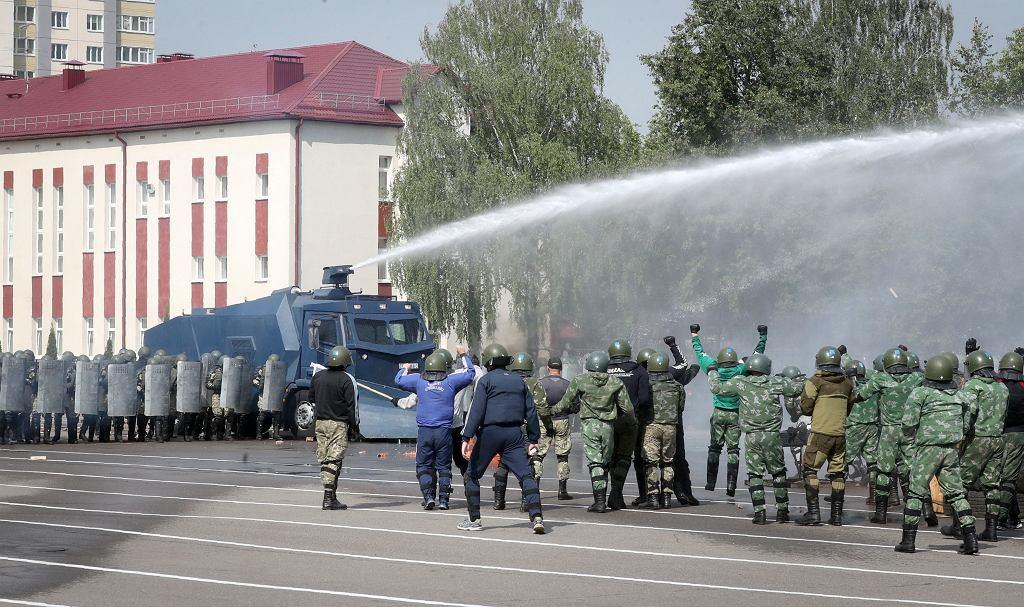Urządzony dla Aleksandra Łukaszenki pokaz rozbijania demonstracji, 28 lipca 2020 r.