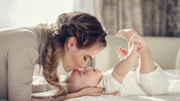 dziecko z mamą (zdjęcie ilustracyjne)