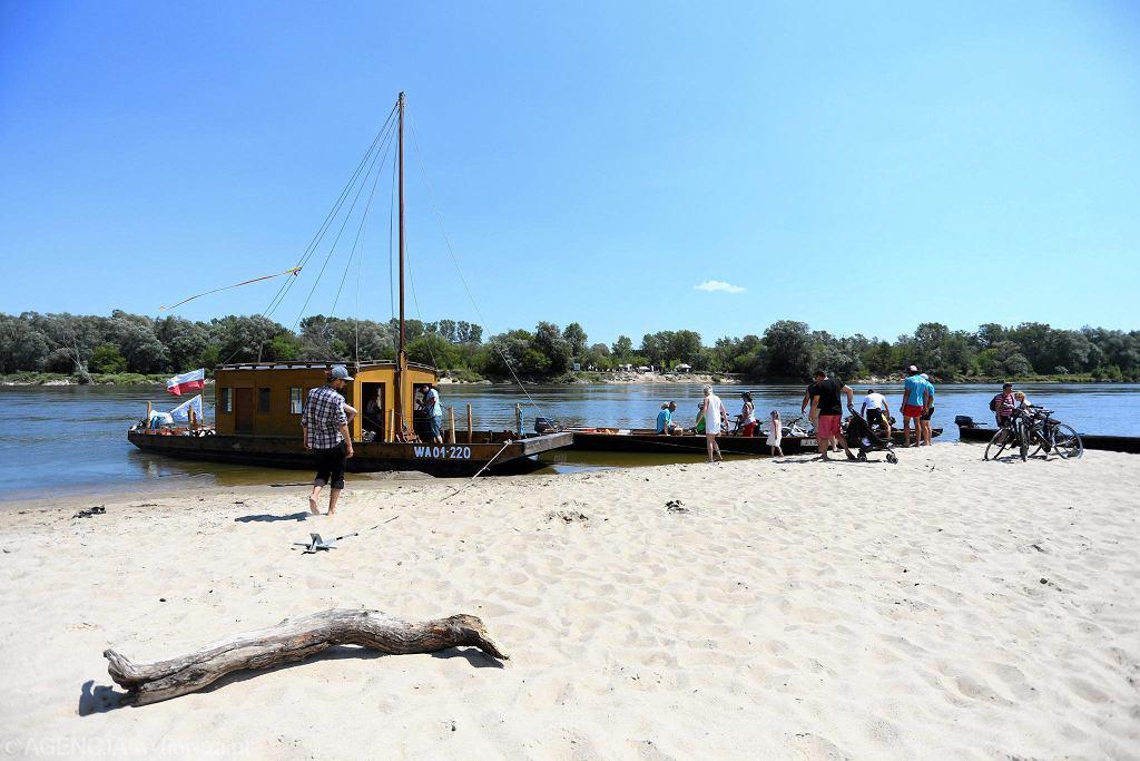 Plaża na Zawadach z promem do Wawra