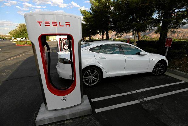 Tesla kończy z darmowym ładowaniem elektrycznych aut