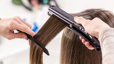 Jak prostować włosy, by ich nie niszczyć? Trzy zasady, o których warto pamiętać