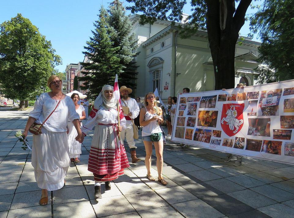 Pod galerią BWA, Zielona Góra, 16 sierpnia 2020. Pokojowa demonstracja poparcia dla wolnej Białorusi