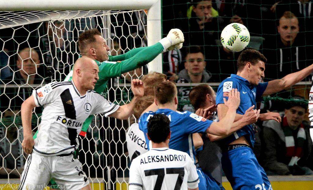 Legia Warszawa - Lech Poznań 1:0. Bramkarz Arkadiusz, strzela Marcin Kamiński
