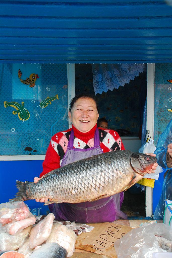 Karaganda, pani sprzedająca ryby wielkości dorodnego dwulatka/ Fot. Archiwum prywatne Małgorzaty Szumskiej